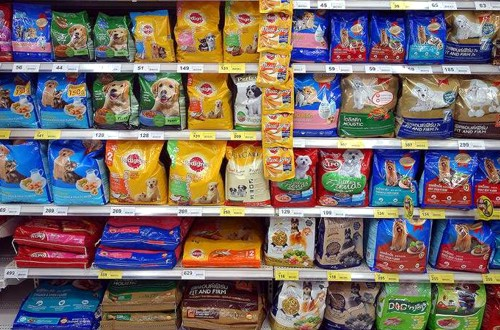 ассортимент питания для собак в магазине